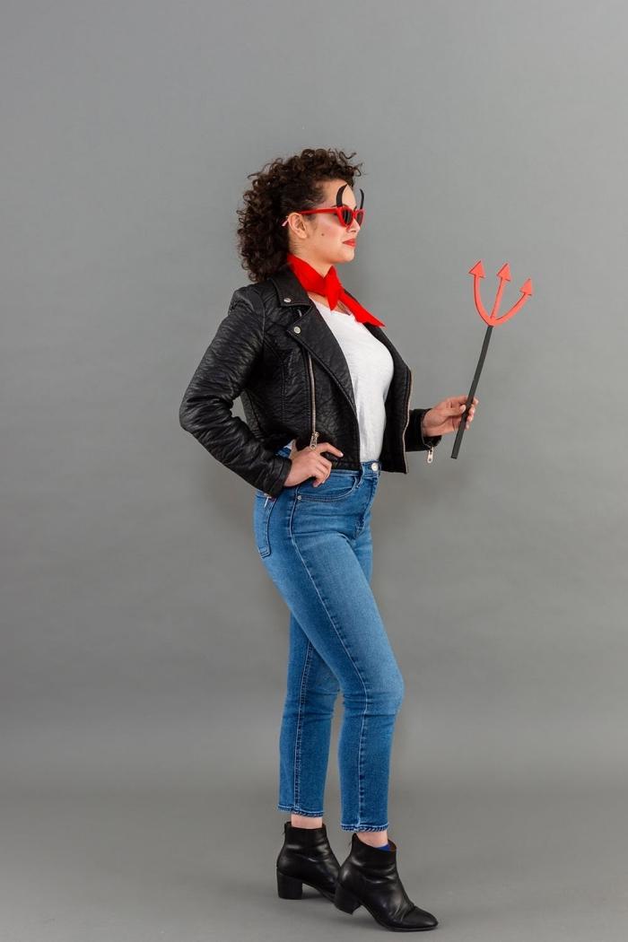 deguisement halloween adulte de dernière, costume de diablesse rétro chic avec des lunettes de soleil monture rouge avec des cornes de diable en papier