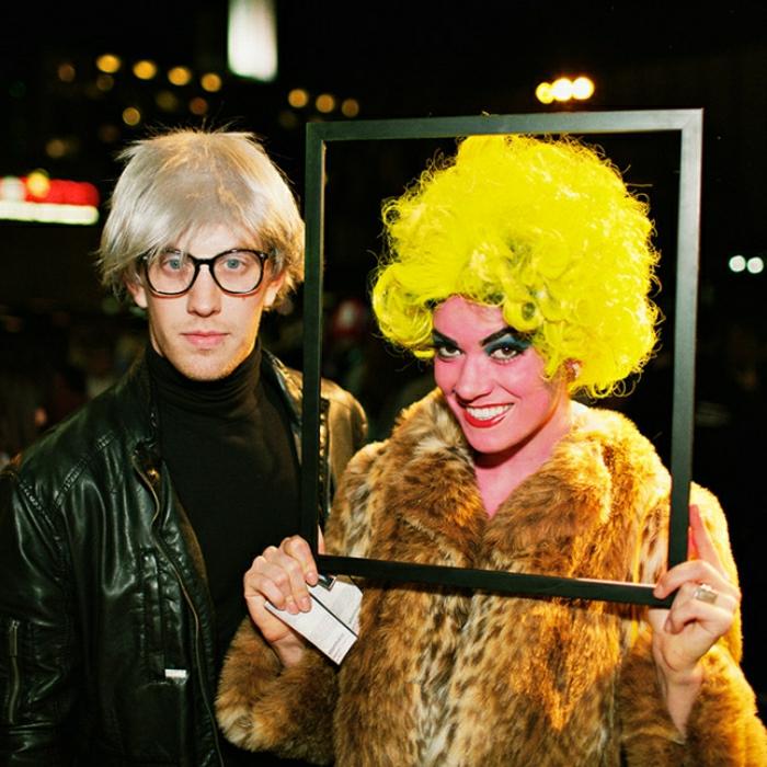 idee deguisement duo, Andy Warhol, deguisement couple cinema, manteau fourrure, veste homme cuir, perruque jaune