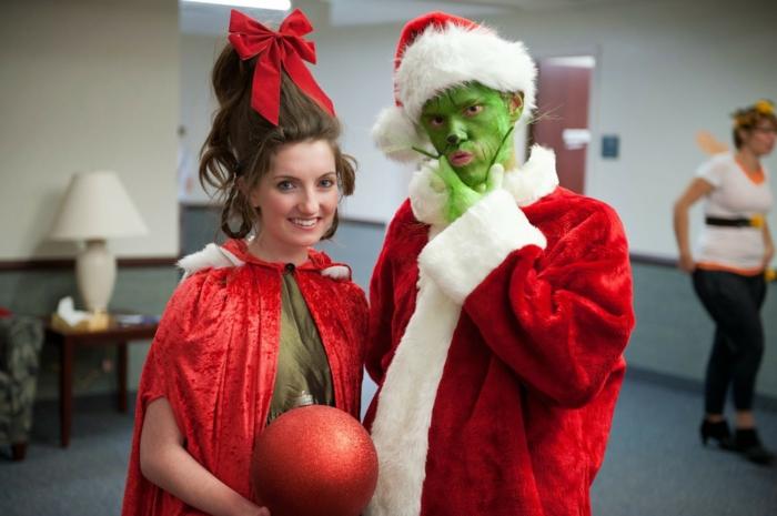 comment se déguiser pour halloween, déguisement carnaval pas cher, longs manteaux rouges, visage vert, coiffure drole