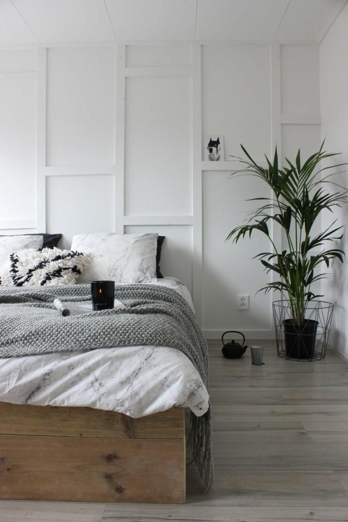 couleur mur chambre blanche, grand pot avec plante verte, théière noire au sol, coussins moelleux