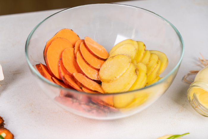 couper les pommes de terre et les patates douces et ajouter de l huile d olive et de sel pour faire un apero original