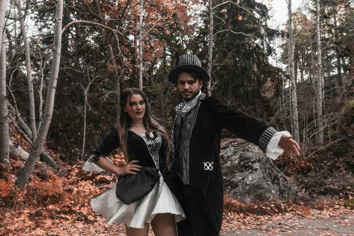 déguisement carnaval pas cher, homme et femme habillés pour halloween, robe courte évasée et veste noire, chapeau cylindre homme