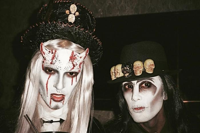 déguisement carnaval pas cher, couple de vampires terrifiants, cornes et visages blancs, chapeaux noirs