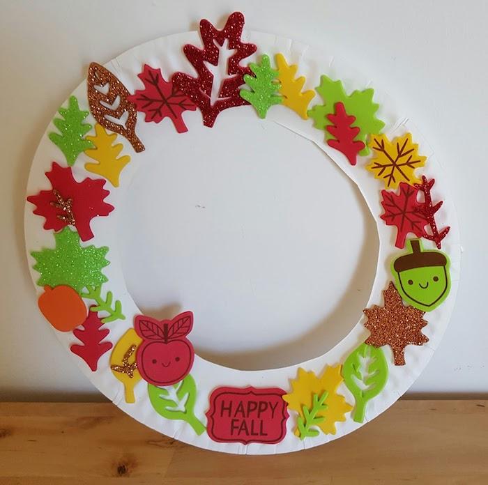cercle de papier assiette avec decoration de motifs automne en papier cartonné et papier mousse, motifs pailletés