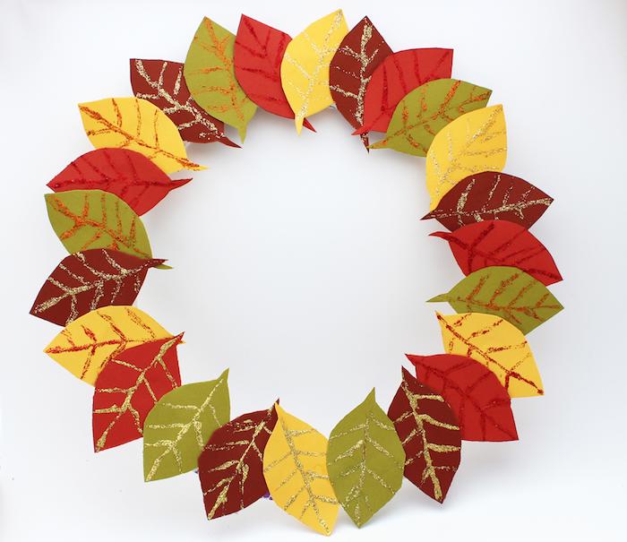 couronne de feuilles mortes artificielles de papier avec dessins veines de feuilles en paillettes, activité pour l automne