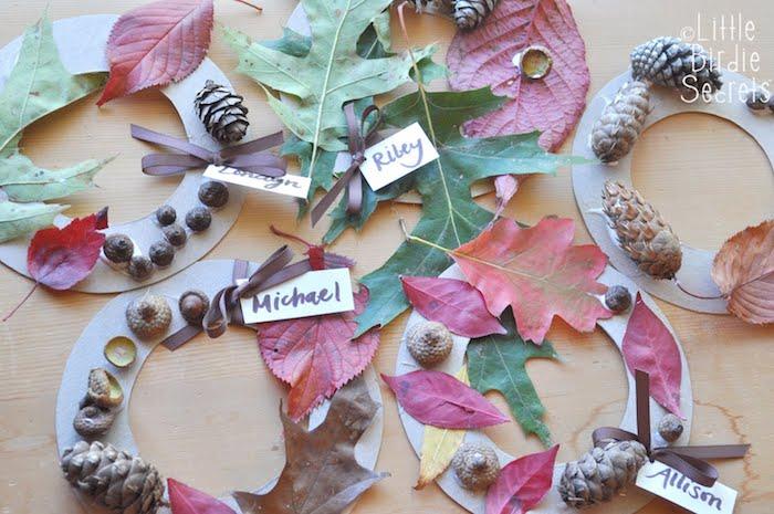couronne de feuilles mortes naturelles, glands et pommes de pin sur un cerceau de papier cartonné, loisirs créatifs pour maternelle