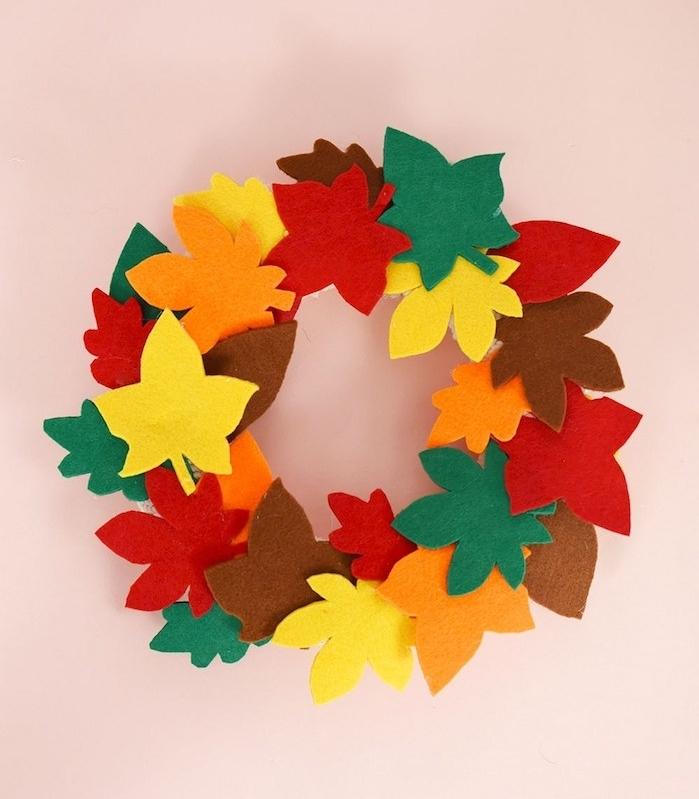 deco halloween fait maison en feuilles mortes de feutrine collés sur un cerceau, decoration de porte extérieure pour halloween
