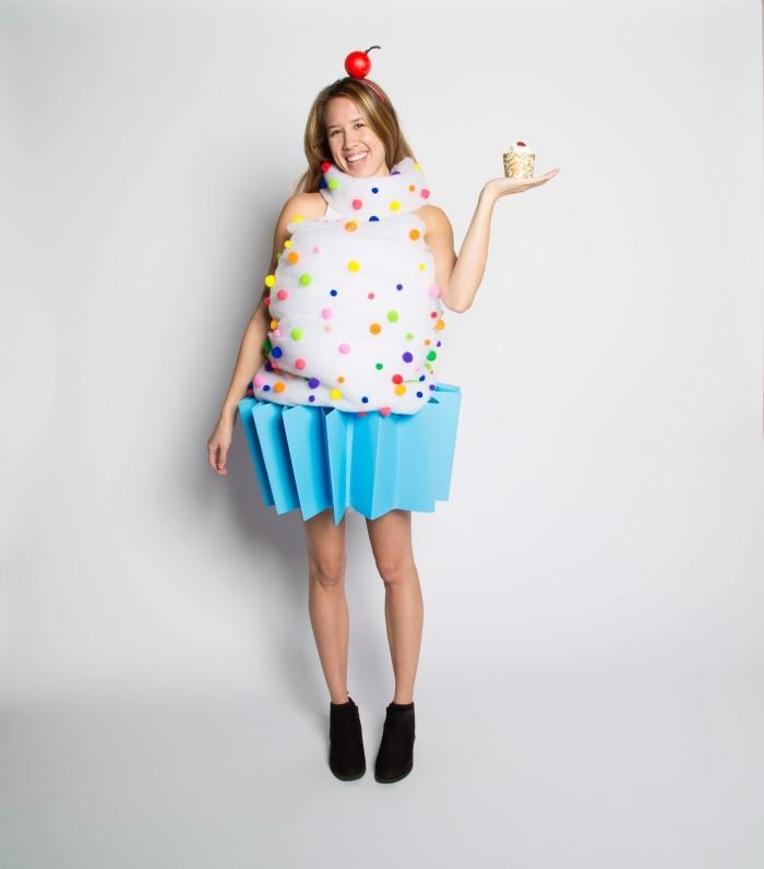 se déguiser en cupcake avec un costume fait maison, idée de déguisement Halloween DIY avec un top blanc décoré avec pompons et jupe en papier