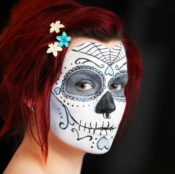peinture visage, maquillage halloween tete de mort, petites fleurs dans les cheveux, cheveux acajou