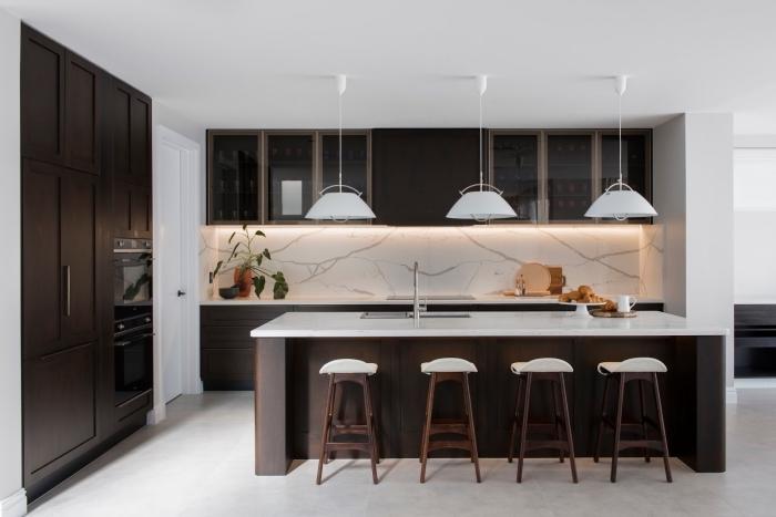 idée aménagement cuisine tendance avec crédence en marbre et meubles en bois foncé, modèle cuisine avec îlot