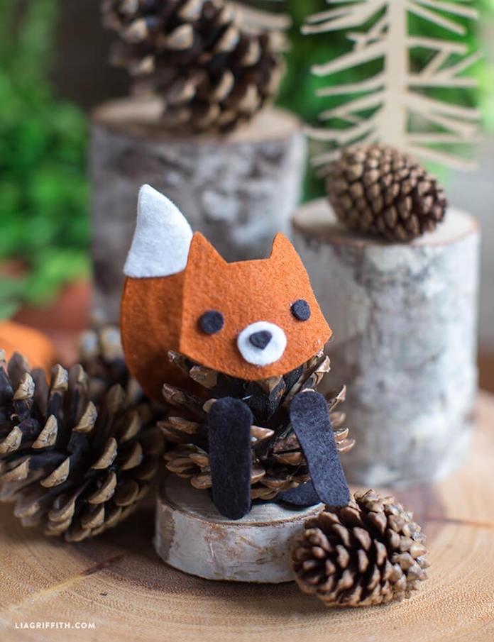 pomme de pin transformée en renard avec decoration queue et tête renard en feutrine, activité automne creche