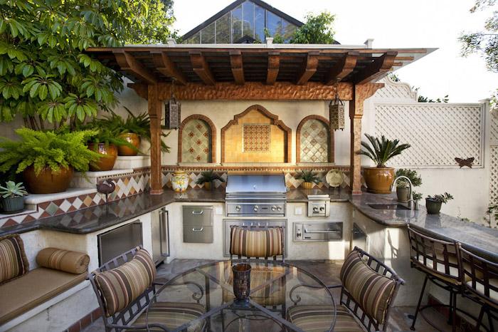 cuisine d'été couverte avec déco oriental style salon avec canapé et mobilier inox