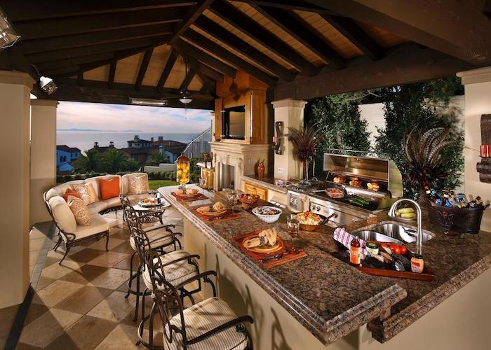 cuisine d'été extérieure couverte sur terrasse carrelée avec vue sur mer
