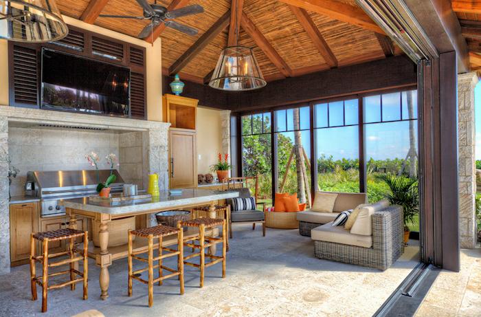 photo cuisine exterieure semi ouverte avec toit en bois et baies vitrées