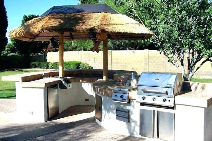photo de cuisine d'été couverte d'un toit en bois et grill au gaz et plan de travail en forme de s