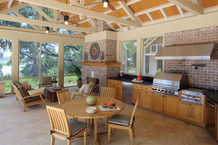 grande cuisine d'été couverte semi ouverte avec salon sous toit en bois et baies vitrées