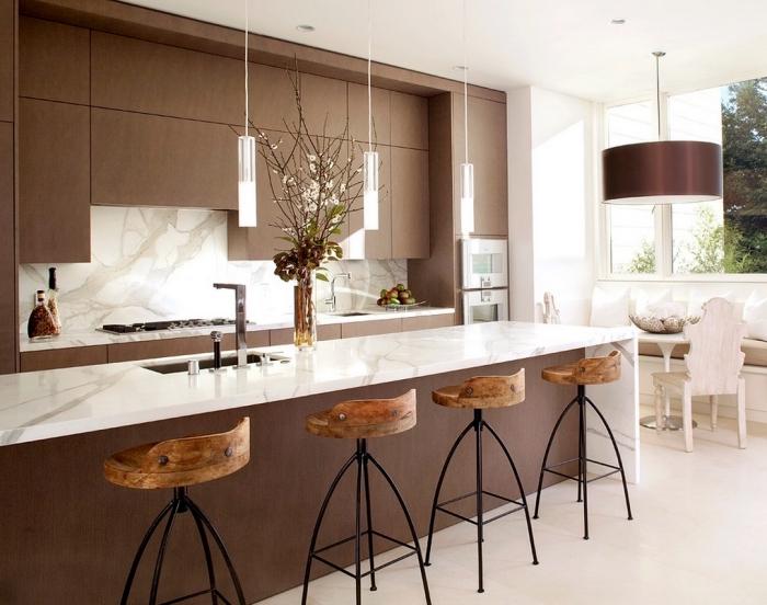 idée quelles couleurs combiner dans une cuisine moderne, modèle de cuisine équipée avec îlot évier en marbre et marron