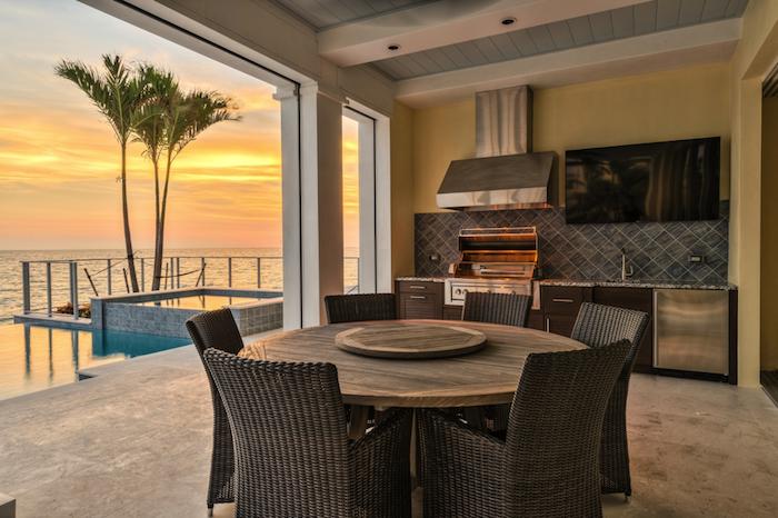 photo cuisine extérieure couverte sur terrasse maison avec vue sur mer