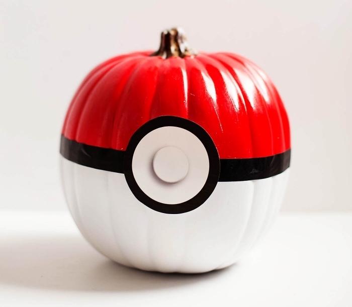 objet diy à design animation, modèle de fausse citrouille peinte en blanc et rouge à design Pokemon, projet créatif facile