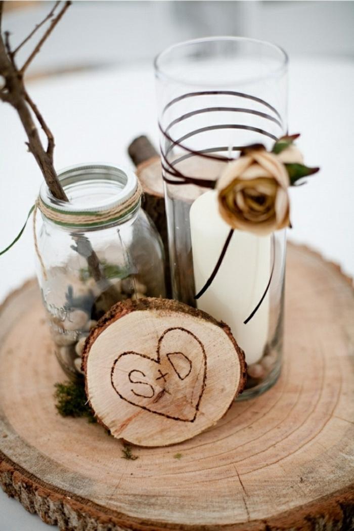 tronc de bois, rondin de bois avec les inscriptions des lettres des mariés, décoration romantique
