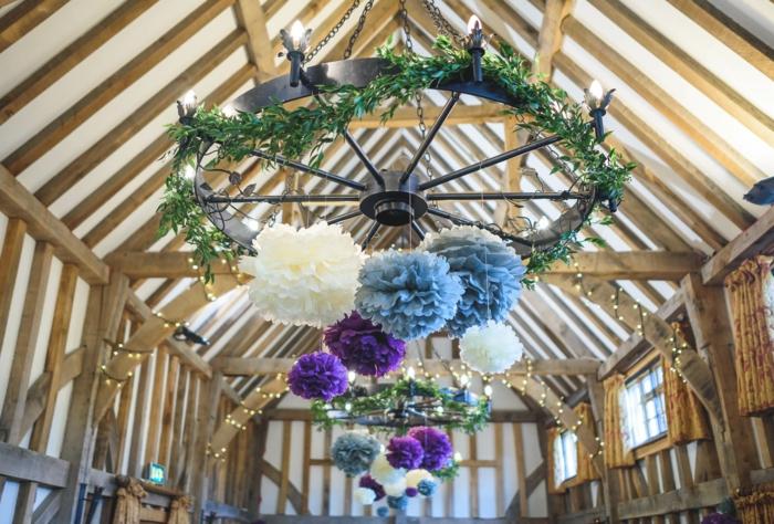 deco mariage a faire soi meme, grands chandeliers en métal avec suspensions en papier plié