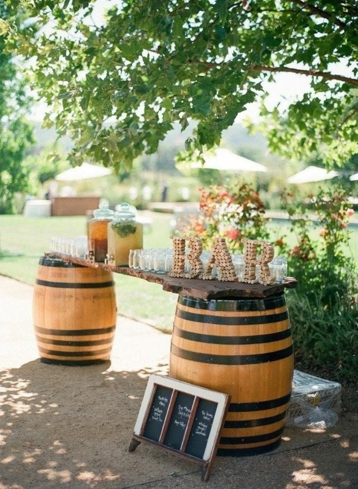 bar original fabriqué avec des tonneaux de vin, déco campagnarde pour un mariage rustique