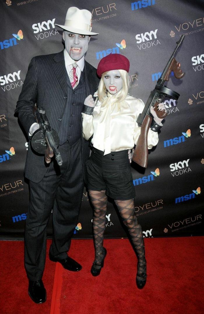 couple homme et femme déguisés en personnages affreux, pantalon et collant noir et chemises blancs