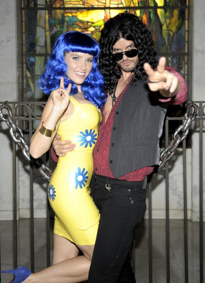 un couple déguisé pour halloween, robe jaune à fleurs bleues, perruque cheveux bleus, deguisement duo hippies