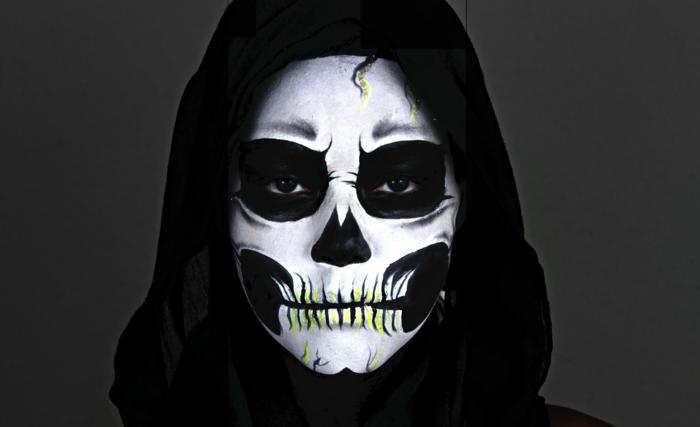 déguisement halloween monstrueux, maquillage halloween squelette, capuchon noir, visage tête de crâne