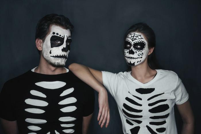 déguisement halloween squelettes, déguisement halloween couple en noir et blanc, maquillage visage noir et blanc