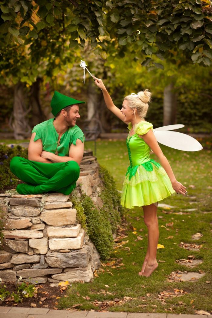 fée et elfe, idée déguisement carnaval fantastique, fée clochette en robe verte et elfe avec un pantalon vert