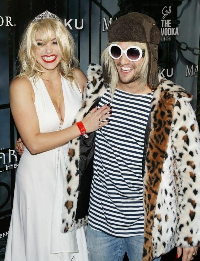 couple habillé comme Cortney Love et Kurt Cobain, déguisement halloween pour couple, femme robe blanche et tiare et homme en blouse rayures et manteau fourrure