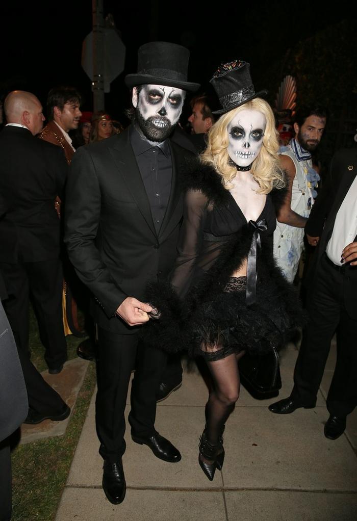 visages tête de mort, déguisement halloween couple, bas sexy et gilet en tulle transparent, chapeaux cylindres