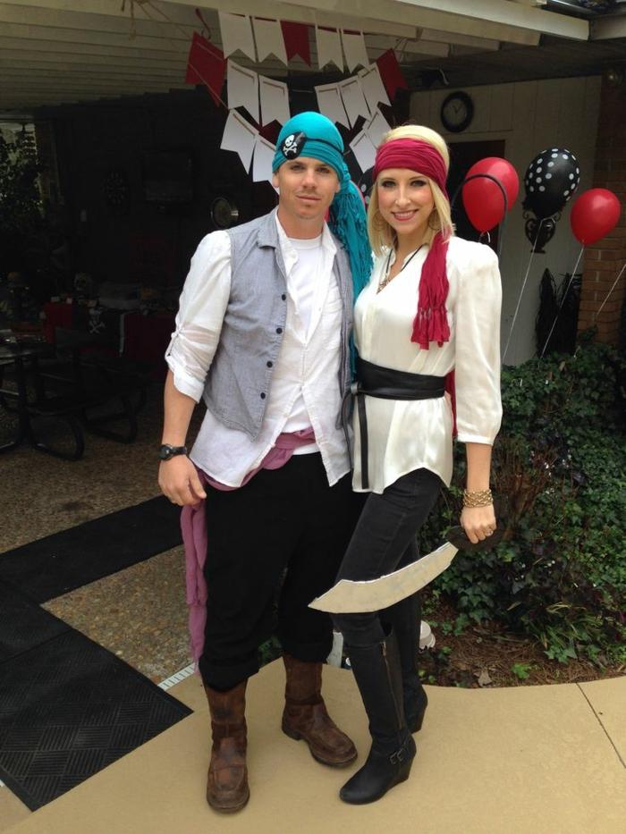 deguisement couple pas cher, costumes de pirates, bandeaux de pirates, homme chemise blanche et gilet gris, femme chemise blanche longue et ceinture noire