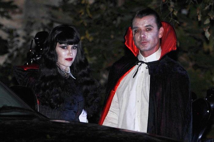 vampires élégants, deguisement duo pas cher, homme et femme aux visages peints, tenues en rouge noir et blanc
