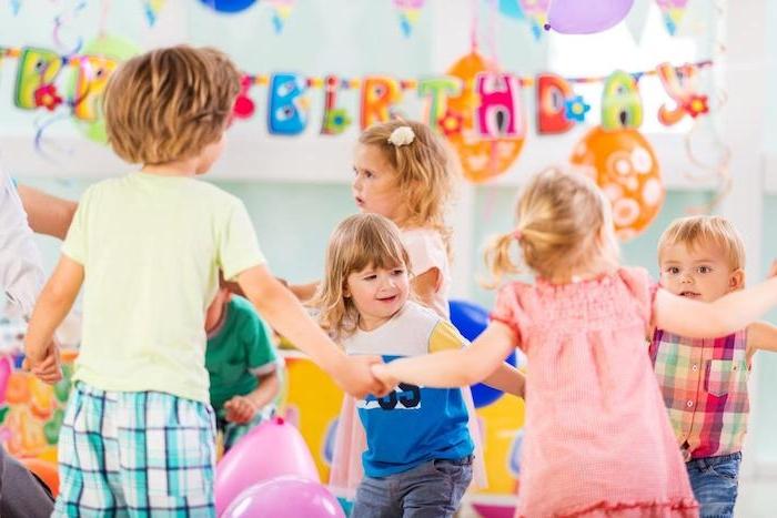 anniversaire 2 ans, danse synchronisée, activité anniversaire amusante pour danser decoration joyeux anniversaire et ballons
