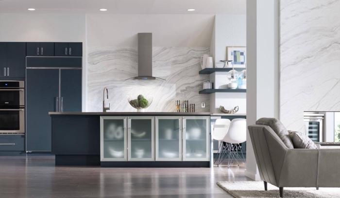 idée aménagement cuisine, modele de cuisine avec ilot central en couleurs neutres, modèle fauteuil en cuir gris clair