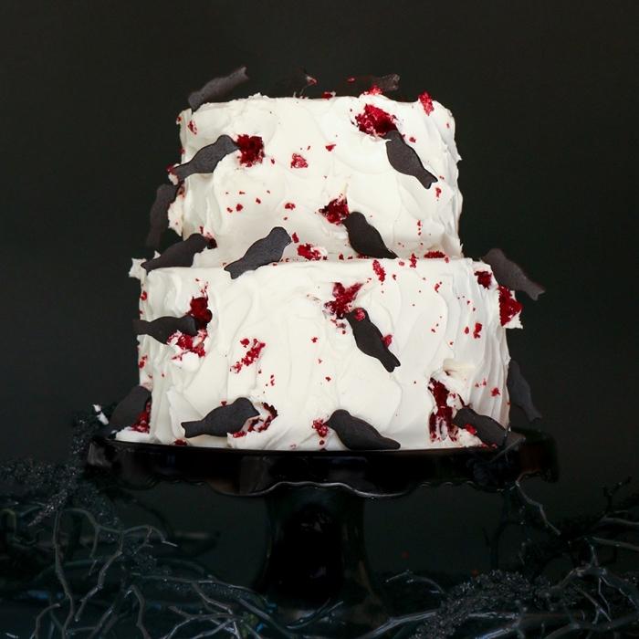 exemple de gâteau effrayant pour Halloween, modèle de gâteau simple sur étages, idée décoration terrifiante avec ganache framboise