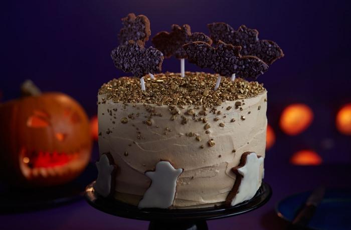 recette gateau halloween maternelle, faire un gâteau simple en couche au glaçage beurre avec déco fantômes sucrés