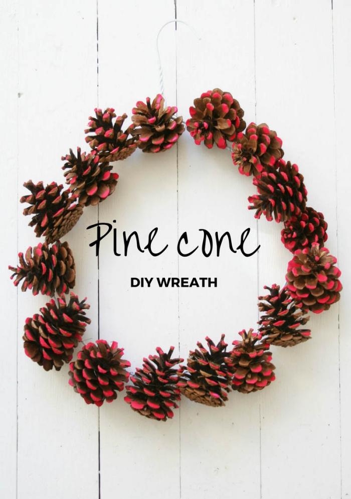 que peut on faire avec des pommes de pin, modèle de couronne diy fabriquée à partir de pommes de pin colorées