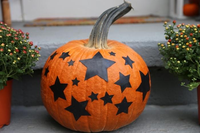 modèle de citrouille halloween décorée avec étoiles noires en papier, idée objet déco DIY pour la fête d'Halloween