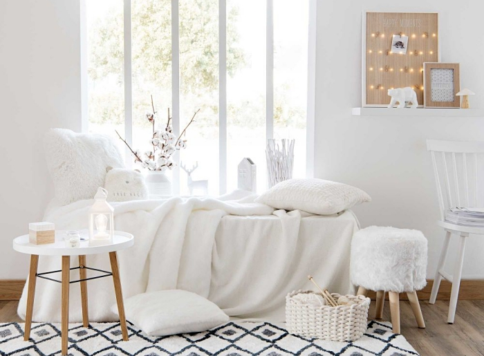 exemple de décoration minimaliste et douillette dans une chambre à coucher avec coin de repos devant le fenêtre