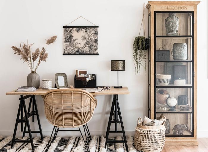 aménagement de bureau à domicile en style cozy et minimaliste avec meubles de bois, idée déco en couleurs neutres et finitions bois