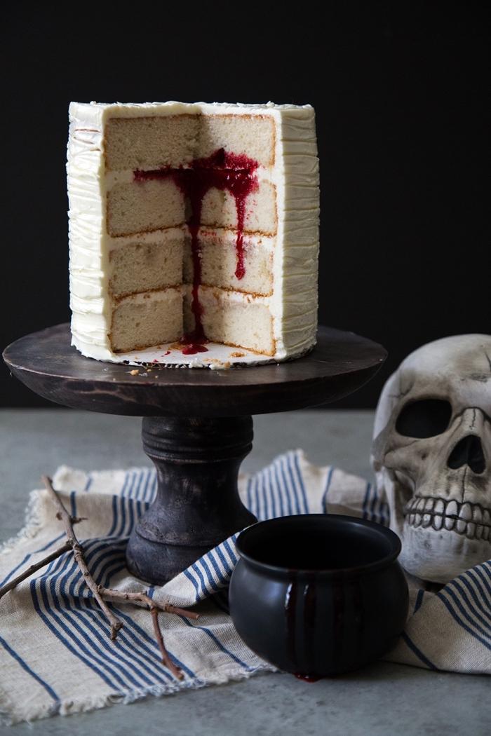 faire un gâteau simple avec génoise et crème à la vanille, recette d halloween effrayante, gâteau surprise avec coulis framboise au centre