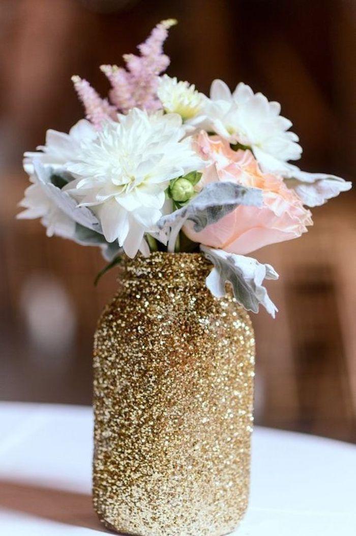Deco table anniversaire 18 ans décoration salle anniversaire, comment fêter, vase dorée avec fleurs de printems