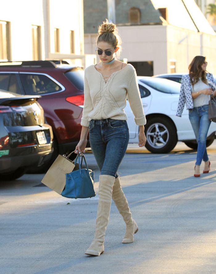 Cuissarde camel avec pull et jean, look avec cuissarde jean, Gigi Hadid bottes hautes, tenue femme chic décontractée