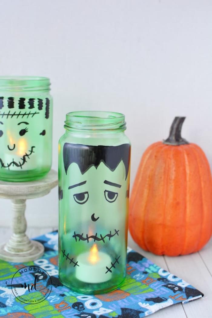 bocal en verre lumineux décoré façon frankenstein avec une bougie led à l'intérieur, idée d'activité manuelle maternelle avec des bocaux en verre