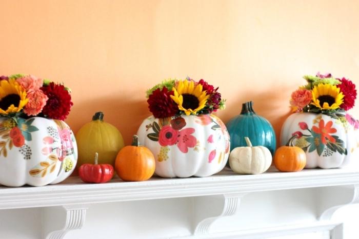 idée comment décorer la cheminée de salon pour la fête d'Halloween, modèles de courge halloween à déco fleuris