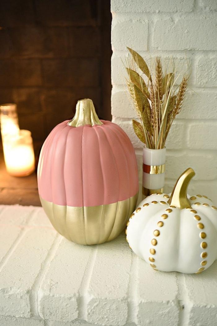 design intérieur moderne avec objets diy stylés à finition dorée, modèle de citrouille halloween à design rose pastel et or
