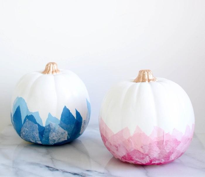 activités halloween, bricolage citrouille blanche à tige décorée de peinture or avec des bandes de feuilles de papier de soie découpage